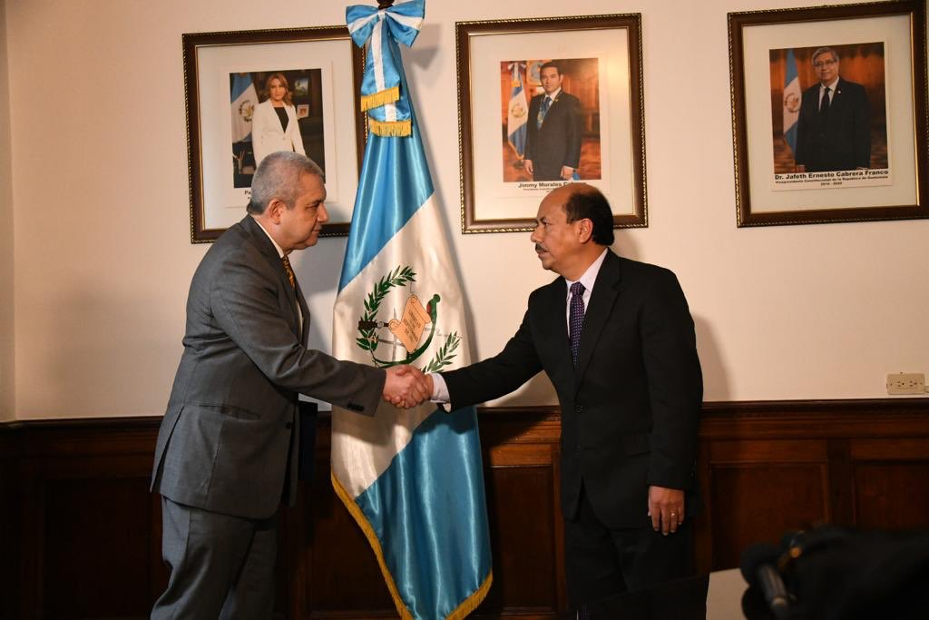 El secretario general de la presidencia, Carlos Martínez, juramenta al viceministro de Seguridad, Luis Enrique Arévalo Girón. (Foto Prensa Libre: Gobierno de Guatemala)