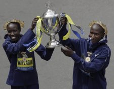 En la prueba de este año, los atletas keniatas Geoffrey Kirui y Edna Kiplagat se impusieron con tiempos de 2:09:37 y 2:21:52 respectivamente. (Foto Prensa Libre: AFP)