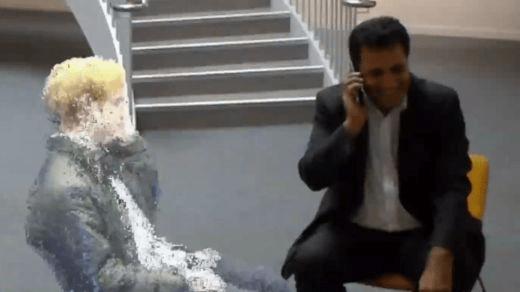 El profesor Rahim Tafazolli hizo una llamada holográfica con otro académico.