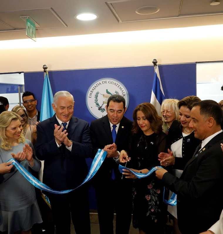 La primera dama, Patricia de Morales, fue la encargada de cortar la cinta en la inauguración de la embajada. (Foto Prensa Libre: EFE)