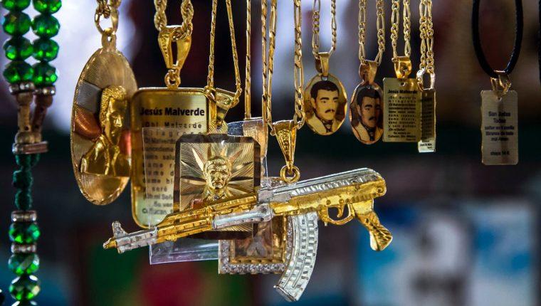 Cadenas con la figura del narco santo Jesús Malverde se exhiben a la venta en una capilla de Sinaloa. (Foto Prensa Libre: AFP)