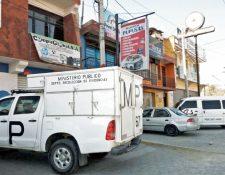 Autoridades inspeccionan uno de los negocios que fue saqueado el pasado fin de semana, en la zona 7 de Quetzaltenango. (Foto Prensa Libre: Carlos Ventura)