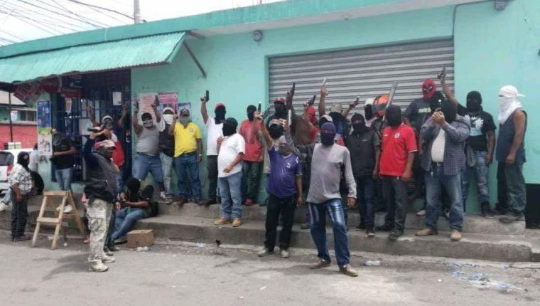 Los patrulleros de Bárcenas, Villa Nueva, advierten a pandilleros que operan en el lugar. (Foto Prensa Libre: Cortesía)