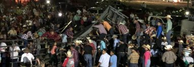 Varios asistentes al jaripeo de Jutiapa resultaron heridos al desplomarse una de las tarimas. (Foto Prensa Libre: Cortesía)