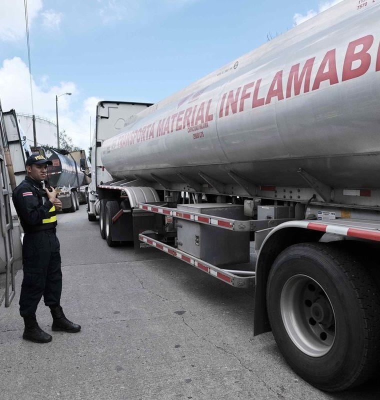 Varios camiones cisterna en los planteles de la estatal Refinadora Costarricense de Petróleo (RECOPE), esperan a ser abastecidos para distribuir el combustible a gasolineras de todo el país. (Foto Prensa Libre: EFE)