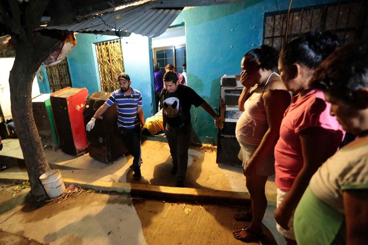Personal forense saca de una vivienda el cuerpo de un hombre asesinado en Acapulco, México. (Foto Prensa Libre: AFP).