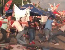 Un grupo de hombres, aparentemente bajo efectos de licor, se pelean en la vía pública en la Calzada Centenario. (Foto Prensa Libre: Cortesía)