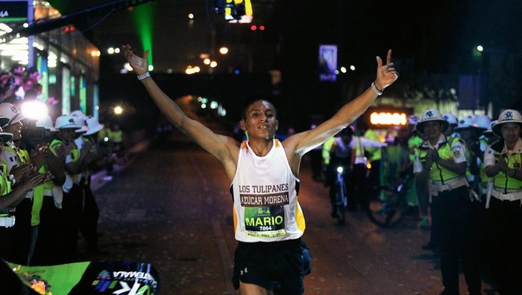Mario Pacay celebra la entrada a la meta (Foto Prensa Libre: Carlos Vicente)