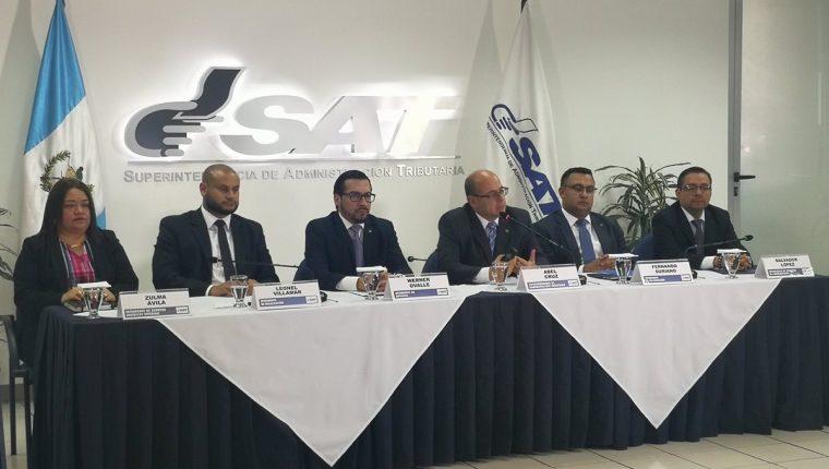 El jefe de la SAT Abel Cruz (al micrófono) también dijo que entre sus prioridades se encuentra buscar mejorar la facilitación del comercio exterior. (Foto Prensa Libre: Urías Gamarro)