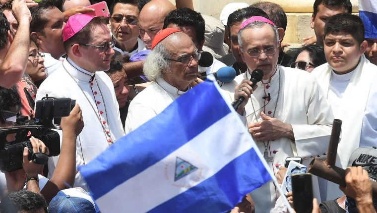 El cardenal Leopoldo Brenes (C), junto al obispo Silvio Báez (d) hablan a su llegada a Masaya. (Foto Prensa Libre:AFP).