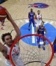 El pívot de la selección española Pau Gasol (i) machaca la canasta francesa, durante el partido de semifinales del Europeo de baloncesto entre Francia y España (Foto Prensa Libre: EFE)