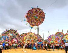 En el campo de futbol de Sumpango, Sacatepéquez, resalta el colorido cada 1 de noviembre. (Foto Prensa Libre: Cortesía)