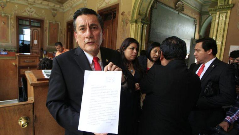 Roberto Villate secretario general de Líder presenta el recurso de revisión para hacer un recuento de votos en la elección presidencial. (Foto Prensa Libre: Hemeroteca PL)