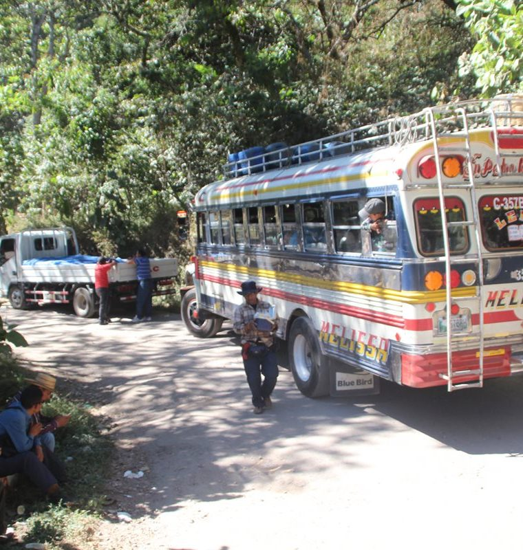 Por el estado de la ruta que comunica cuatro de los municipios de la cuenca del Lago de Atitlán, vecinos se quejan por la baja considerable de turistas. (Foto Prensa Libre)