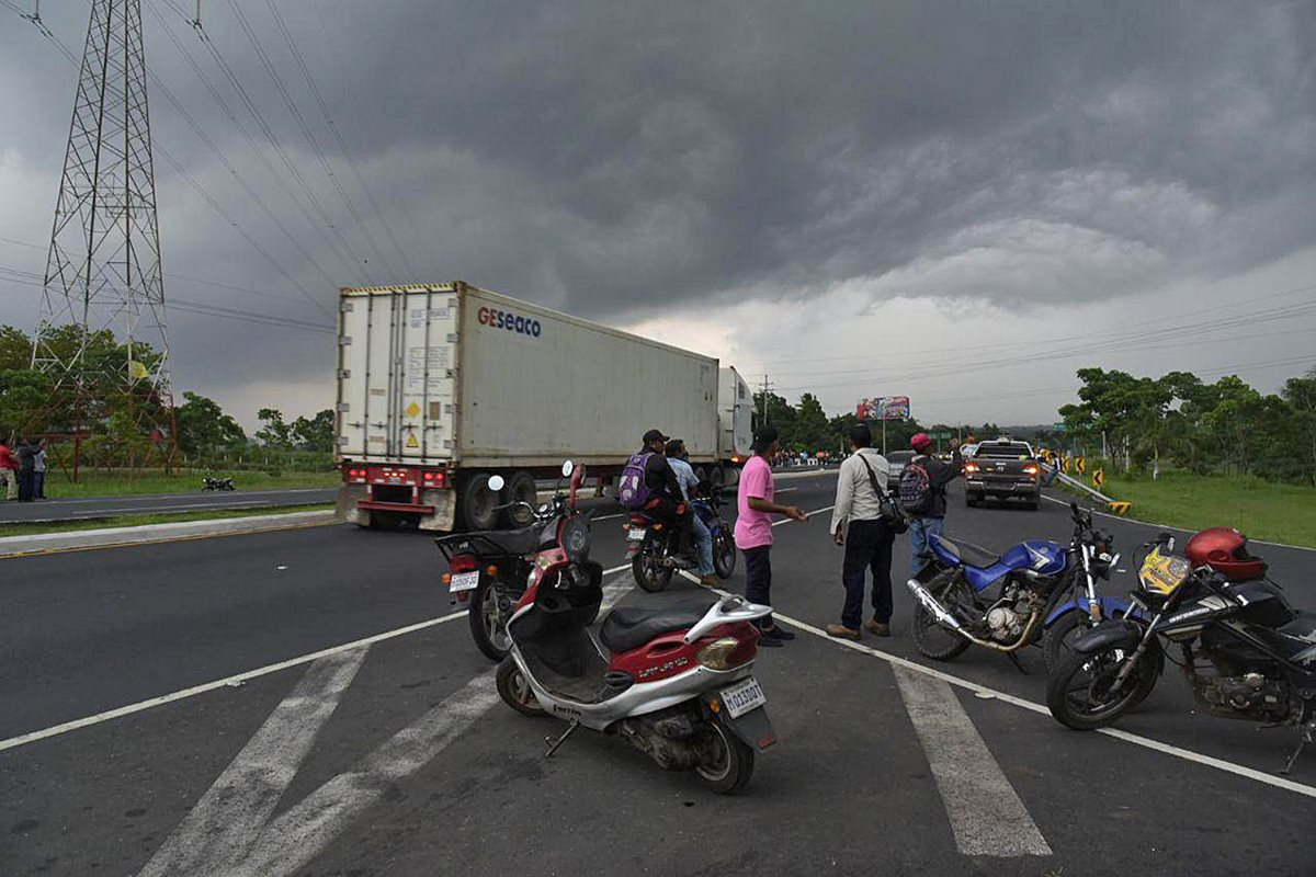 La Ruta Nacional 14 fue cerrada por el riesgo de que el material piroclástico alcanzara la autopista Palín-Escuintla. (Foto Prensa Libre: EFE)