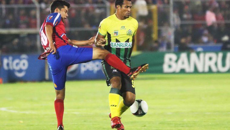 Ángel Rodríguez (derecha) fue el autor del gol del empate en la final de ida entre Xelajú y Guastatoya, en el estadio Mario Camposeco, el miércoles pasado. (Foto Prensa libre: Edwin Fajardo)