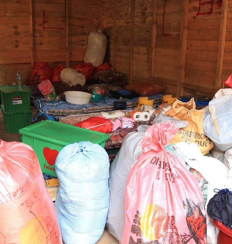 Pese a tener pocas pertenencias, las familias trasladadas a los albergues unifamiliares resultó pequeño, aseguran los sobrevivientes de la erupción del Volcán de Fuego. (Foto Prensa Libre: Enrique Paredes)