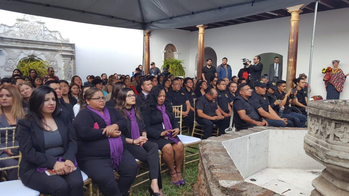 Público que presenciará la inauguración de la Fiscalía Distrital de Sacatepéquez. (Foto Prensa Libre: Nery Gálvez)
