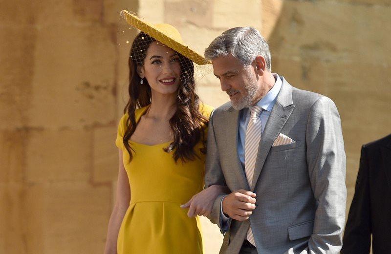 Amal Clooney se veía más que radiante en un vestido amarillo de tonalidad fuerte, con cuello en U, complementado con zapatos dorados.