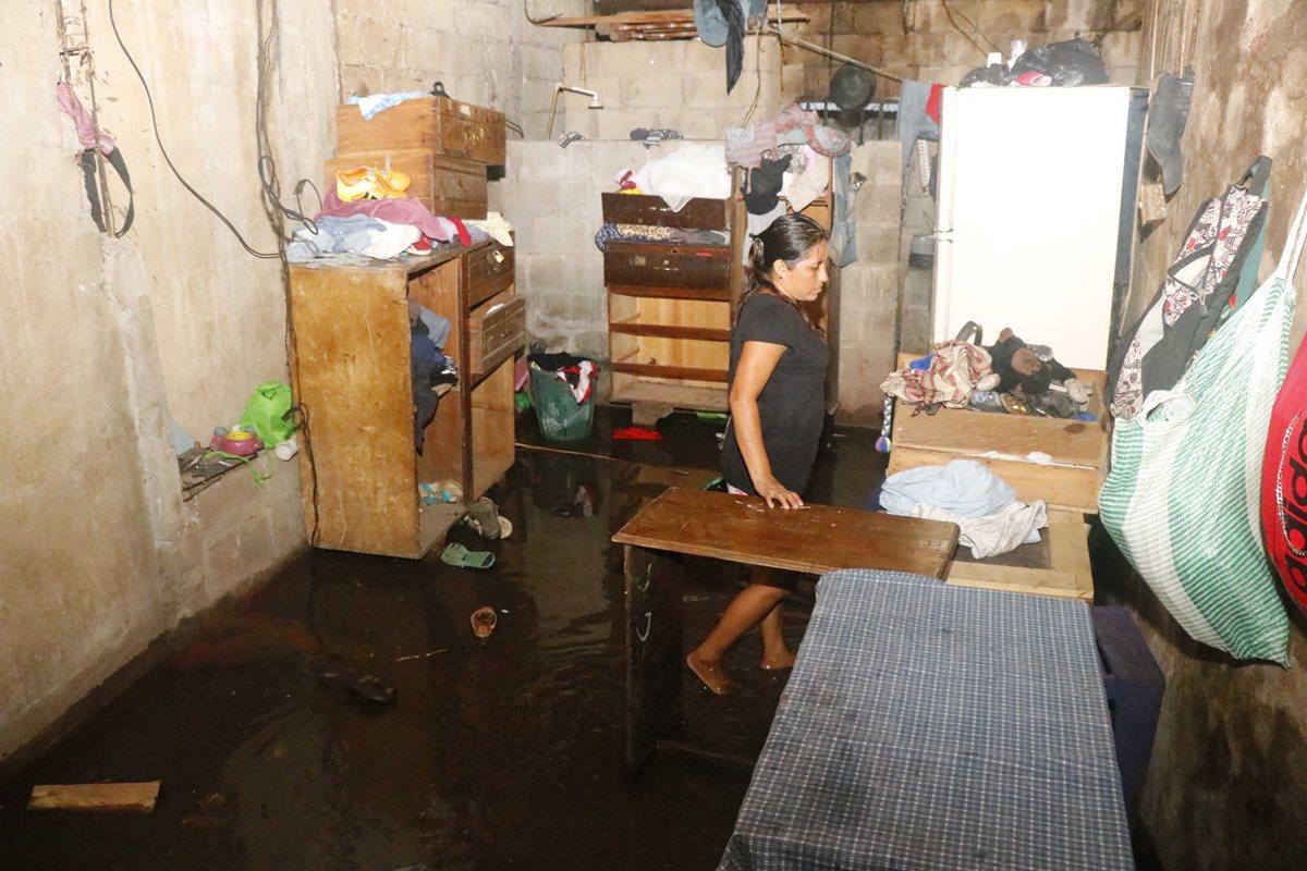 Unas 35 viviendas fueron anegadas por el desbordamientos de ríos en Retalhuleu. (Foto Prensa Libre: Rolando Miranda)
