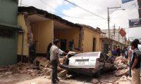 Los residentes y trabajadores de rescate, buscan  despu?s de que un terremoto de magnitud 7,4 golpe? el Departamento de  San Marcos, Guatemala, , a unas 80 millas (130 kil?metros) del epicentro, sufrieron gran parte del da?o  alrededor de 30 casas se derrumbaron , debido al sismo se contabilizan por lo menos 18 muertos confirmados y muchos desaparecidos tras el fuerte temblor de tierra que sacudio toda Guatemala, Mexico, El Salvador, Una catastrofe no a ocurrido  desde que un mortal terremoto de 1976 el cual  mat? a 23.000. (AP Photo / Moises Castillo)