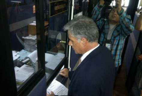 El abogado Ricardo Sagastume presenta memoriales donde manifiesta que algunos diputados han desobedecido a la CC. (Foto Prensa Libre: Byron Vásquez)