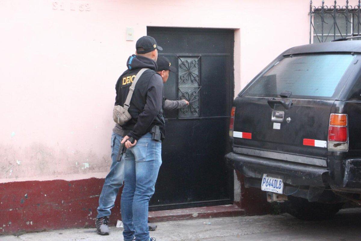 Allanamiento en la 14 avenida y 38 calle de la colonia San Julián I, de la zona 6 capitalina. (Foto Prensa Libre: PNC)