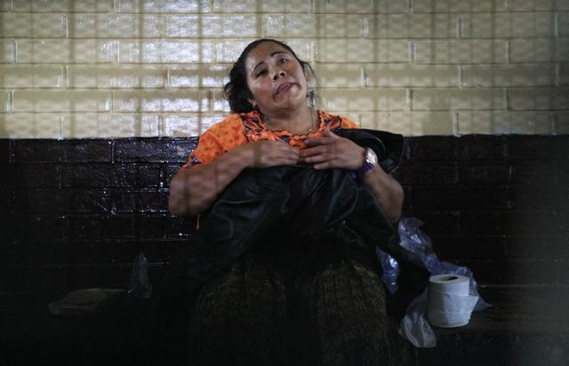 Elena Chiquín Pérez Beb espera en la carceleta de Torre de Tribunales para ser enviada al lugar donde guarda prisión preventiva, por la venta de su hijo. (Foto Prensa Libre: Carlos Hernández Ovalle)