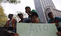 Decenas de migrantes centroamericanos de la caravana del Viacrusis del Migrante protestaron en México frente a la Embajada de EE. UU. (Foto Prensa Libre: EFE)