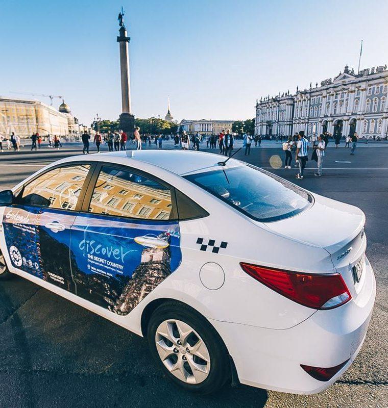Taxis con promoción de destinos turísticos de Guatemala en San Petesburgo, Rusia. Fotografía proporcionada por el Inguat para mostrar como se vería la publicidad en varias ciudades de Rusia para atraer turistas al país. (Foto, Prensa Libre: Inguat).
