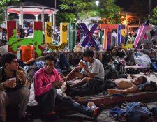 Migrantes hondureños descansan en un parque de Chiapas, México. (Foto Prensa Libre: AFP)