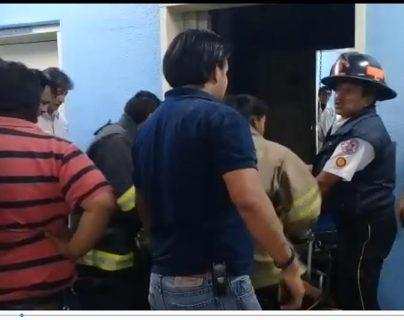 Socorristas sacan a la mujer que resultó herida al desplomarse el elevador. (Foto Prensa Libre: Fred Rivera)