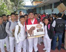 Estudiantes de bachillerato en medicina apoyan la jornada de vacunación de perros y gatos en Xela. (Foto Prensa Libre: Fred Rivera)