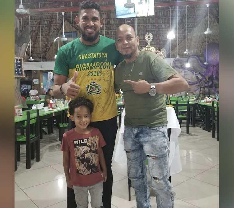 Maiki Maiki se tomó una fotografía junto a José Calderón y su hijo, quien lo admira por sus canciones. (Foto Prensa Libre: Cortesía Mynor Falla)