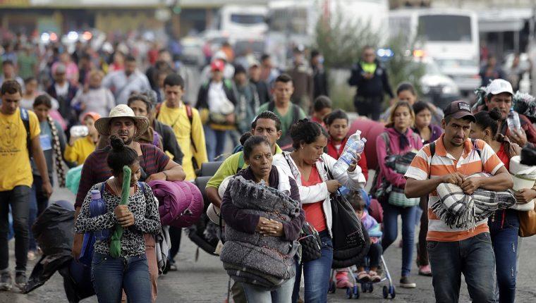 Miembros de la caravana migrante llegan al albergue de la iglesia de la Asunción, a su paso en la ciudad de Puebla. (Foto Prensa Libre: EFE)