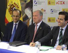 El embajador de España en Honduras, Miguel Albero (i); el presidente Ejecutivo del BCIE, Nick Rischbieth (c), y el presidente del Instituto de Crédito Oficial de España (ICO), Pablo Zalba (d). (Foto Prensa Libre/EFE)