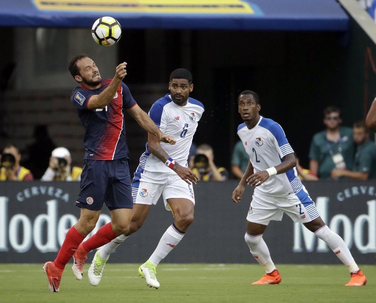 Marco Ureña domina el balón ante la marca de dos jugadores hondureños. (Foto Prensa Libre: AP)