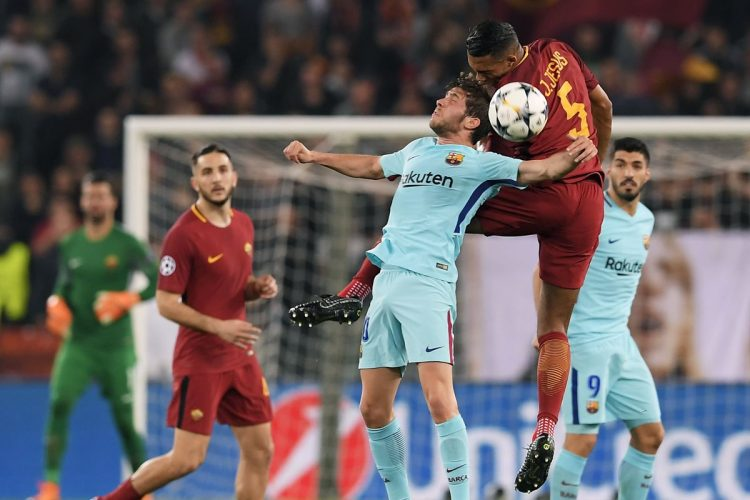Juan Jesus  y  Sergi Roberto luchan por el balón en el juego aéreo. (Foto Prensa Libre: AFP)