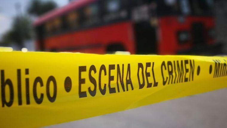 Fuerzas de seguridad acordonan el área donde fue atacado un autobús de la ruta 83, en la zona 1 de la capital. (Foto Prensa Libre: Érick Ávila)