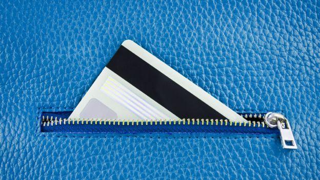 Esa banda negra en el reverso de tu tarjeta es lo que hizo que el uso de los plásticos se disparara. ISTOCK