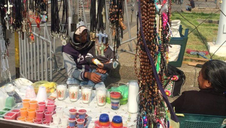 Wilson Galicia regresó este martes al Parque Central, donde acompaña a su abuela y otros familiares a vender veladoras. (Foto Prensa Libre: Cortesía Guatevisión)