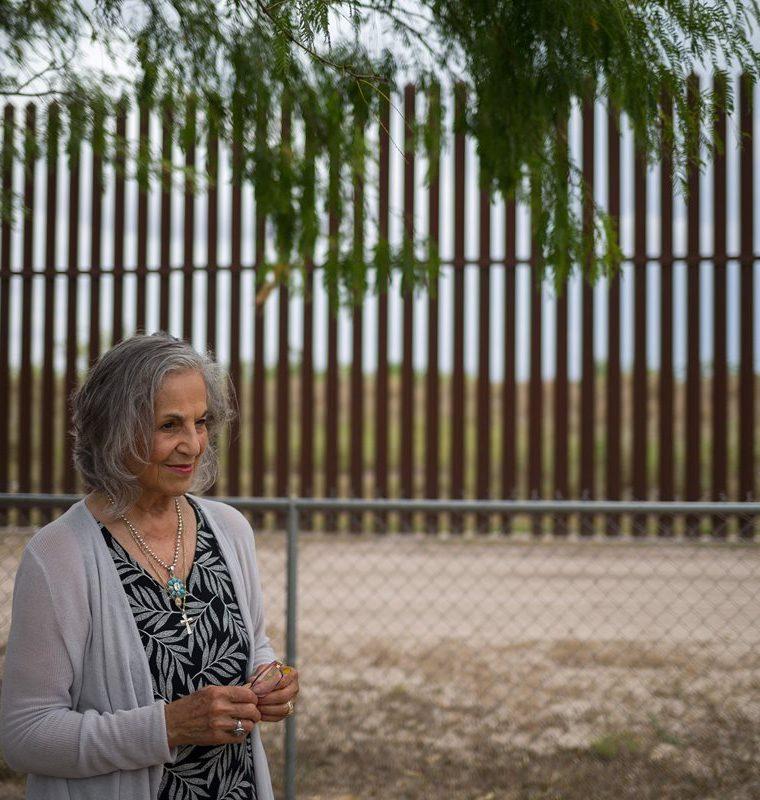Eloisa Támez, una activista y opositora del muro fronterizo entre EE. UU. y México se  encuentra en San Benito, Texas.(Foto Prensa Libre:AFP)