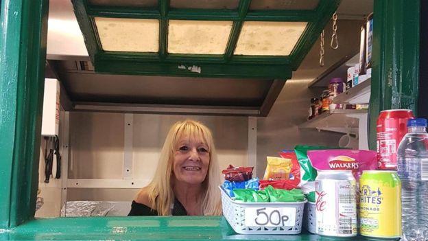 Holmes dice que vender té, café y refrescos al público ayuda a recaudar dinero para mantener las casetas. ELLA BUCHAN