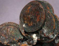 Se estima que una moneda de un centavo de dólar puede derretirse a más de 300 grados centígrados. Estas monedas fueron encontradas en los escombros de las Torres Gemelas. GETTY IMAGES