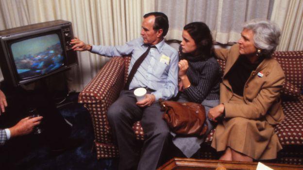Bush ganó la elección presidencial de 1988. En la foto se ve con su familia esperando los resultados por televisión. GETTY IMAGES