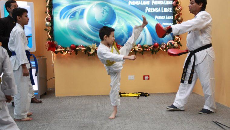 El entrenamiento diario de este deporte concluye con una rutina de patadas, siempre supervisado por un instructor capacitado. (Fotos Prensa Libre, Estuardo Paredes)