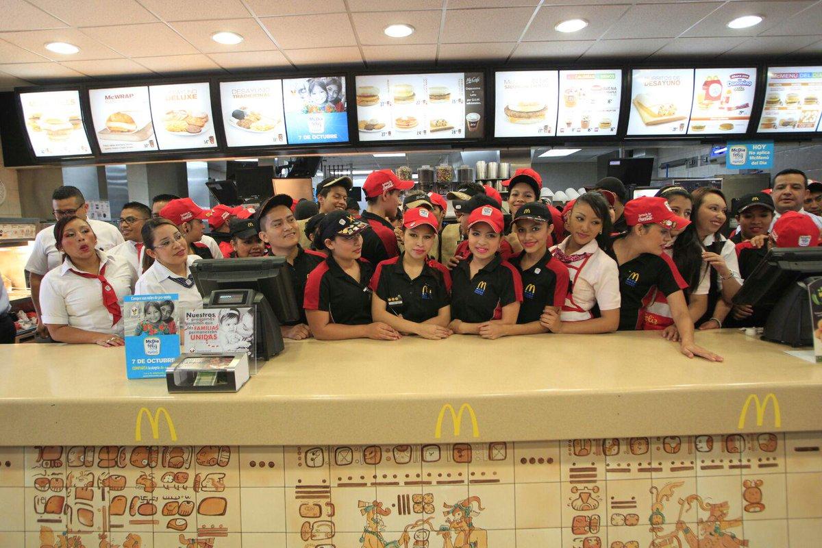 Empleados de McDonald's esperan por los clientes en un McDía Feliz, una de las actividades que promueve Yolanda de Cofiño (Foto: Hemeroteca PL).