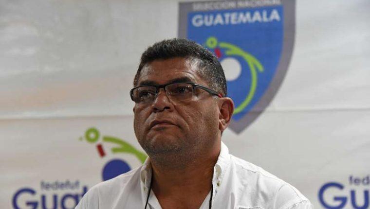 Milton Mendoza en una conferencia en la Federación de Futbol de Guatemala. (Foto Prensa Libre)