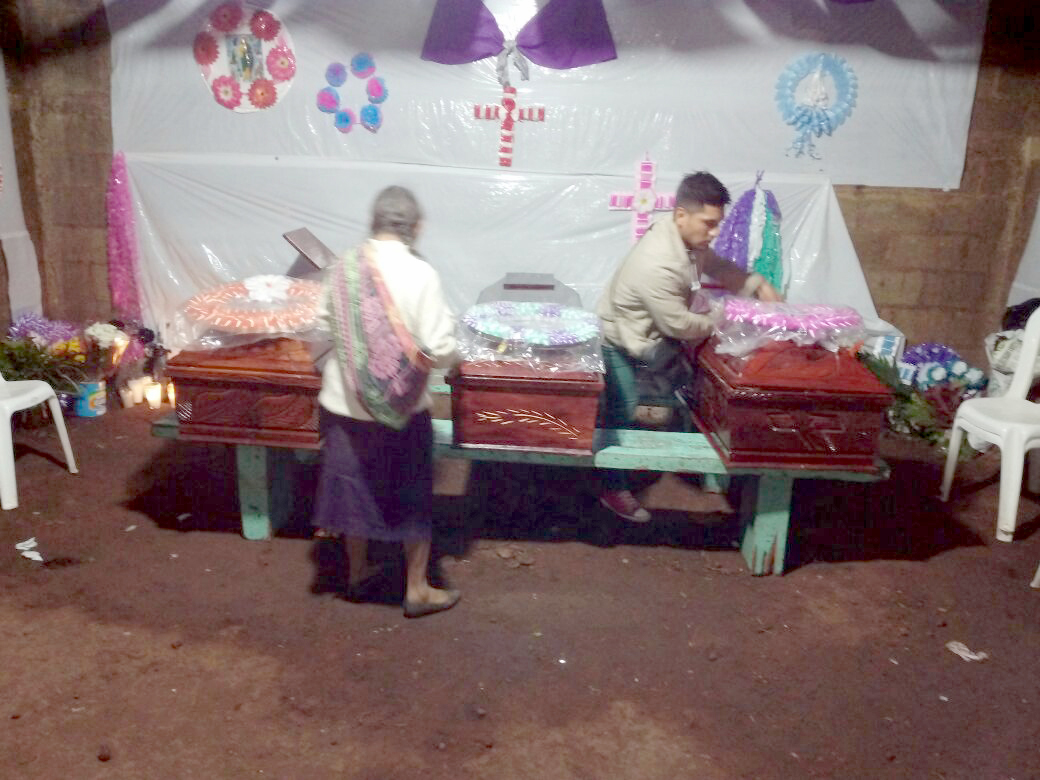 Vecinos asisten al velatorio de las tres víctimas en Santa Ana Huista. (Foto Prensa Libre).