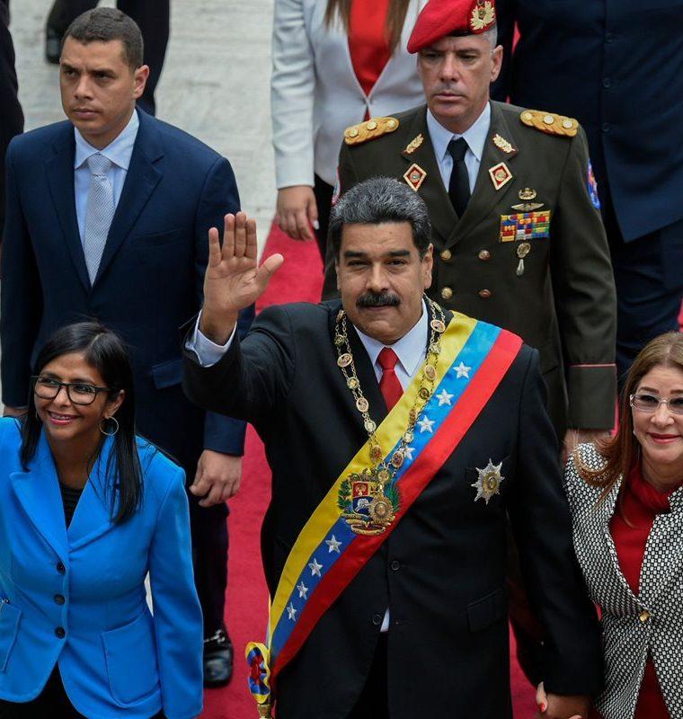Nicolás Maduro (c) llega acompañado de su esposa Cilia Flores (d) y la presidenta de la Asamblea Constituyente, Delci Rodríguez. (AFP).